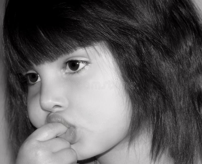 Kleines Mädchen, das ihren Finger saugt stockbilder