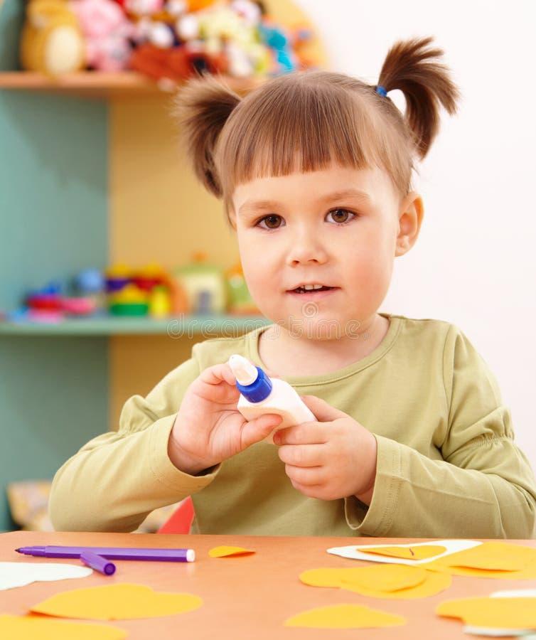 Kleines Mädchen, das Künste und Fertigkeiten im Vortraining tut stockfotos