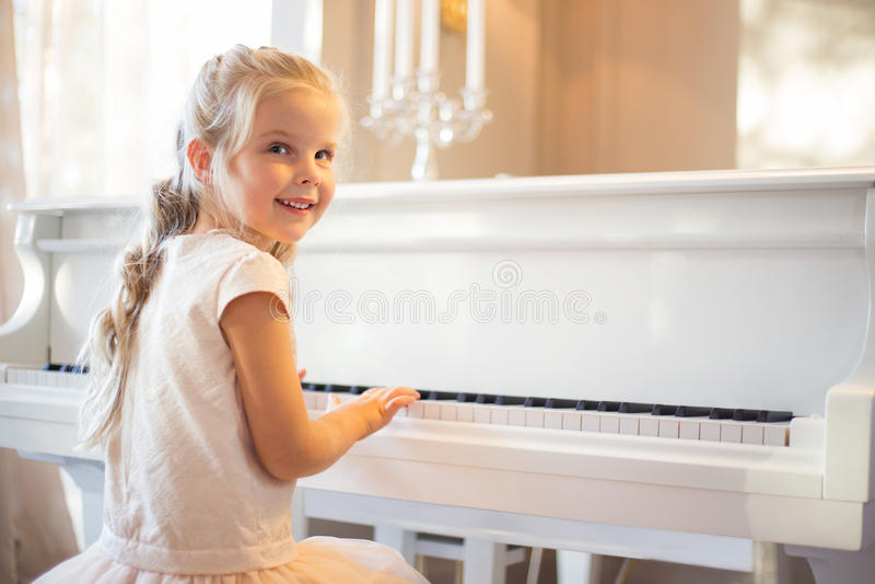 Kleines Mädchen, das Klavier spielt lizenzfreie stockfotografie