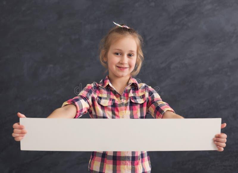 Kleines Mädchen, das leere weiße Fahne hält lizenzfreies stockfoto