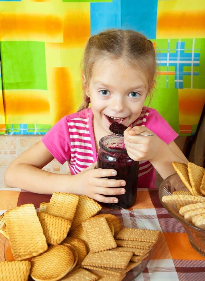 Kleines Mädchen, das Marmelade isst lizenzfreies stockfoto