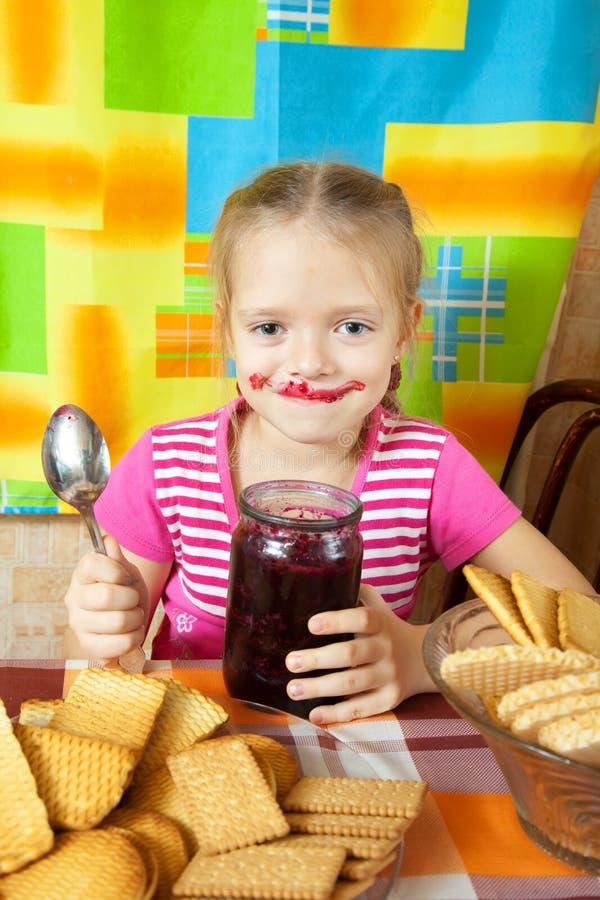 Kleines Mädchen, das Marmelade isst stockfotos