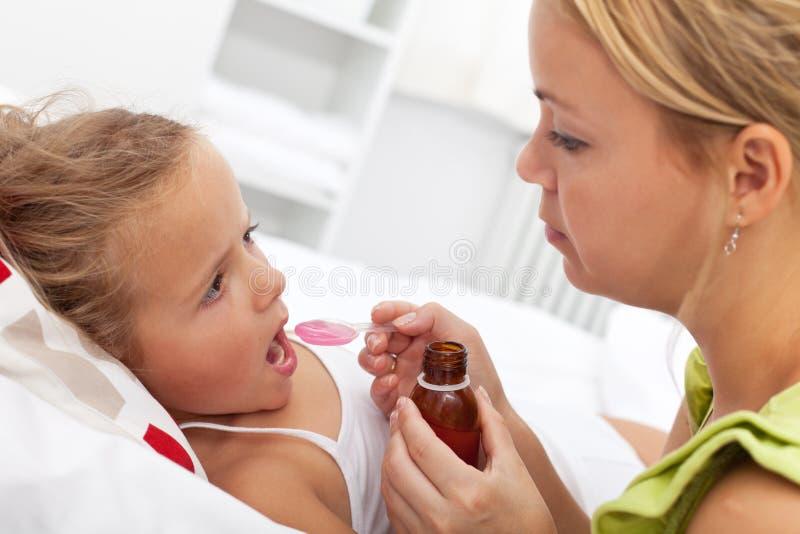 Kleines Mädchen, das Medizin nimmt lizenzfreie stockbilder