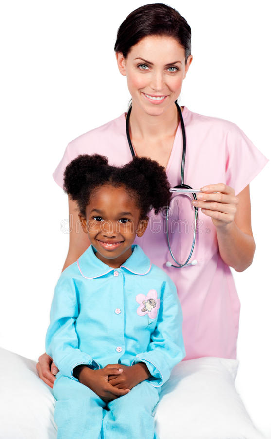 Kleines Mädchen, das medizinische Überprüfung bedient stockbild
