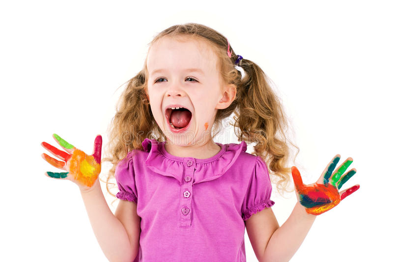 Kleines Mädchen, das mit Aquarellen spielt lizenzfreie stockfotos