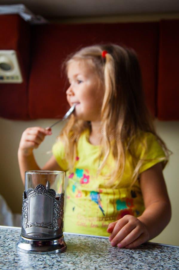 Kleines Mädchen, das mit dem Zug reist lizenzfreie stockbilder