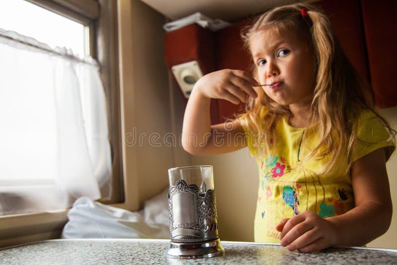 Kleines Mädchen, das mit dem Zug reist stockbilder
