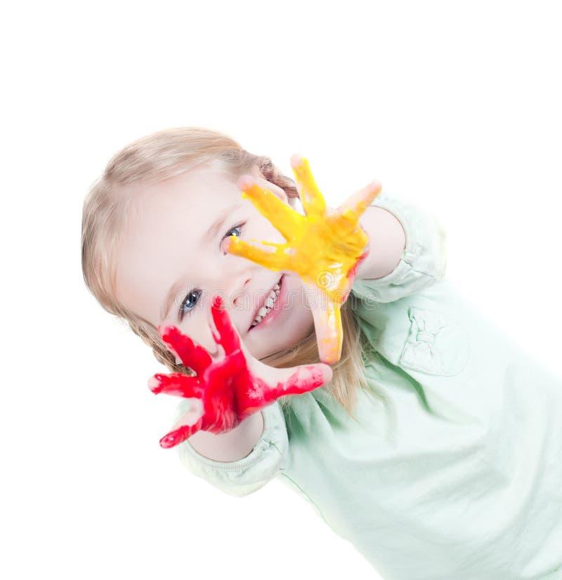 Kleines Mädchen, das mit Farben spielt stockfoto
