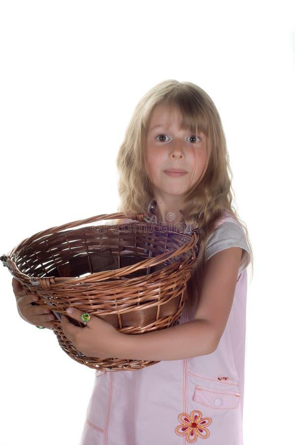 Kleines Mädchen, das mit Korb spielt lizenzfreie stockfotografie