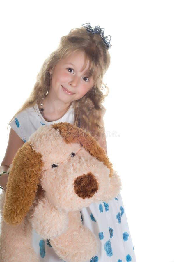 Kleines Mädchen, das mit Spielzeug spielt stockbilder