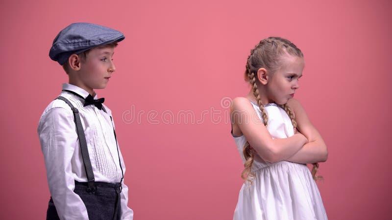 Kleines Mädchen, das nach Streit mit jungem Freund, Kinder-Verhältnisse falsch sich fühlt lizenzfreie stockbilder