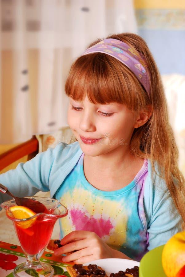 Kleines Mädchen, das Nachtisch isst stockbild