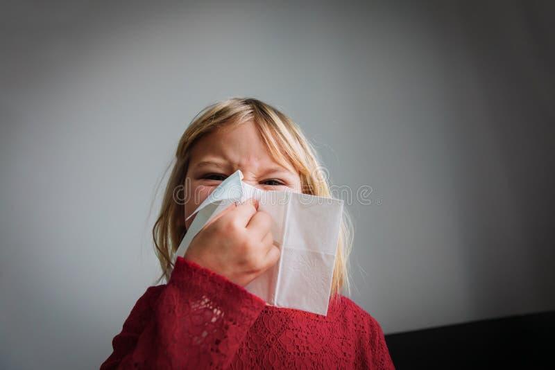 Kleines Mädchen, das Nase abwischt und bläst, Infektion oder Allergie lizenzfreie stockbilder