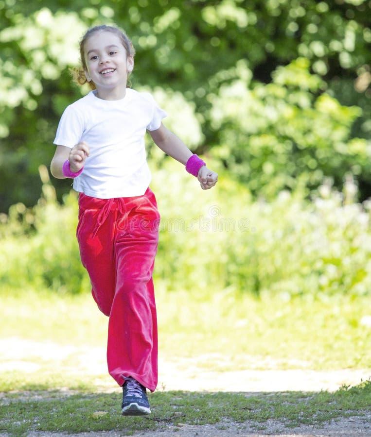 Kleines Mädchen, das in Park läuft stockfotos