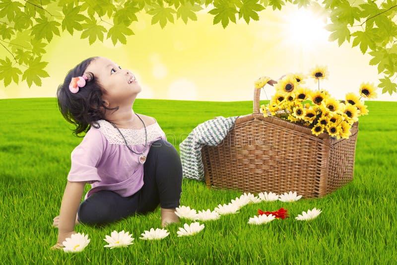 Kleines Mädchen, das Picknick hat lizenzfreie abbildung