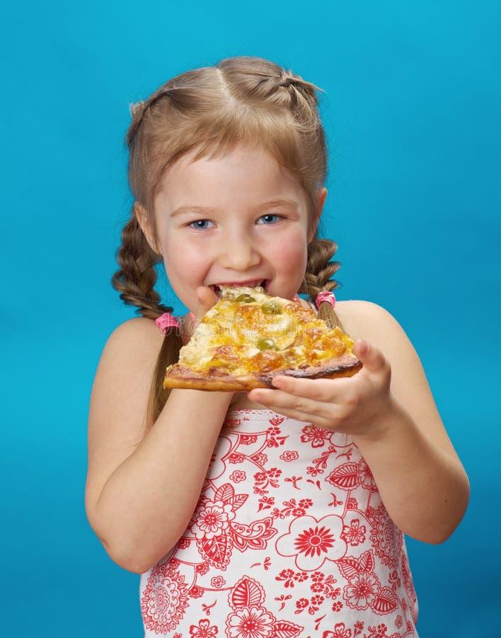 Kleines Mädchen, das Pizza isst lizenzfreies stockfoto