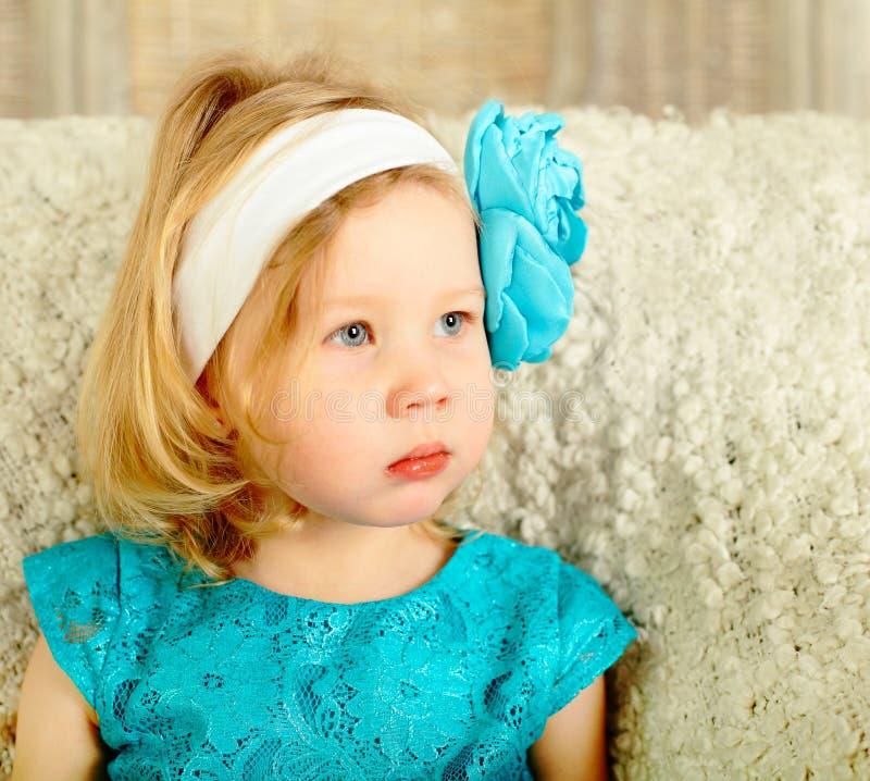 Kleines Mädchen, das in Richtung blickt lizenzfreies stockfoto