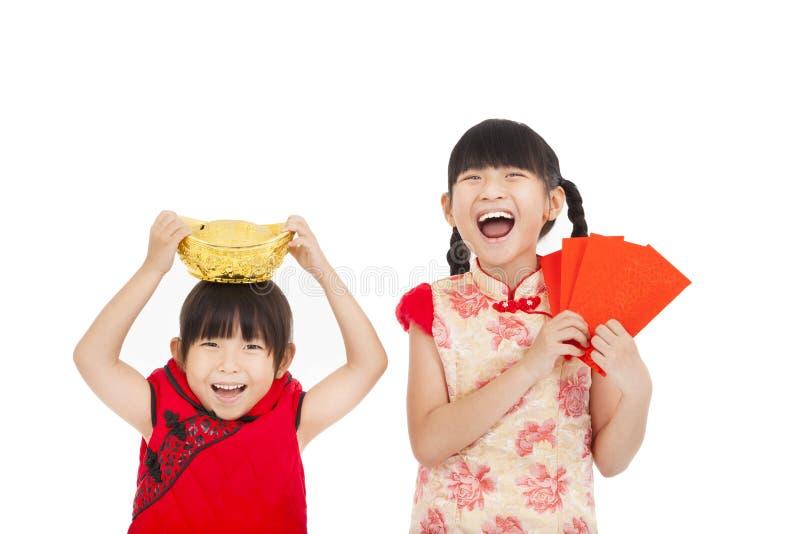 Kleines Mädchen, das roten Umschlag und Gold zeigt stockfotos