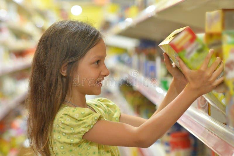 Kleines Mädchen, das Saft wählt stockfotografie