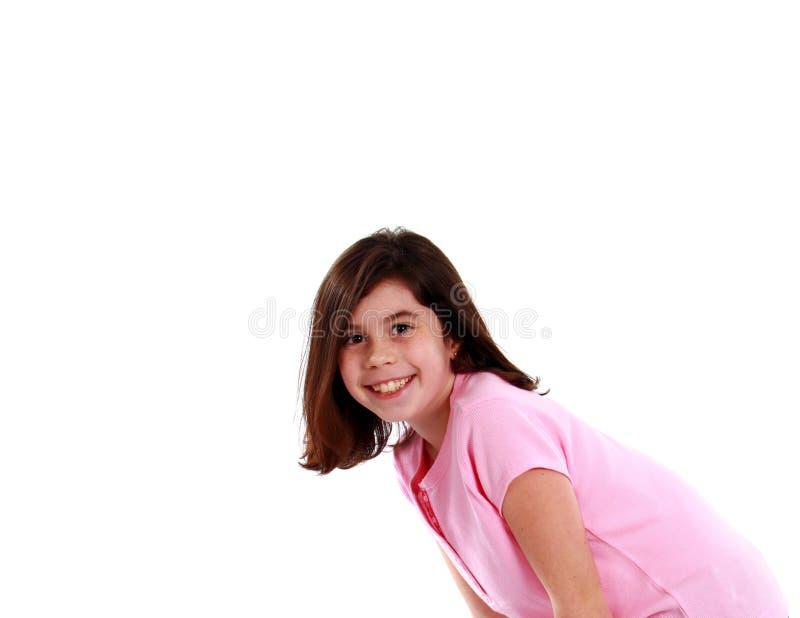 Kleines Mädchen, das sich vorbei lehnt stockfoto