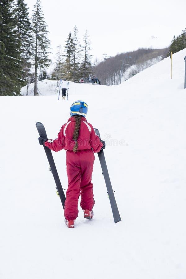 Kleines Mädchen, das Ski hält lizenzfreies stockfoto
