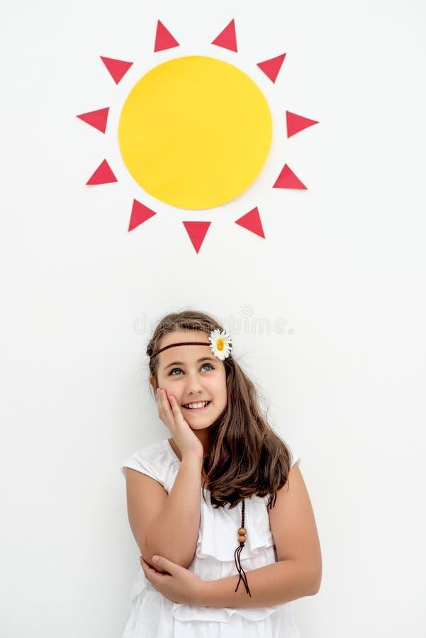 Kleines Mädchen, das an Sommer unter einer Pappe Sun denkt stockbild