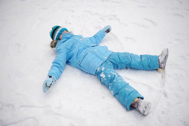 Kleines Mädchen, das Spaß im Schnee hat lizenzfreie stockfotos