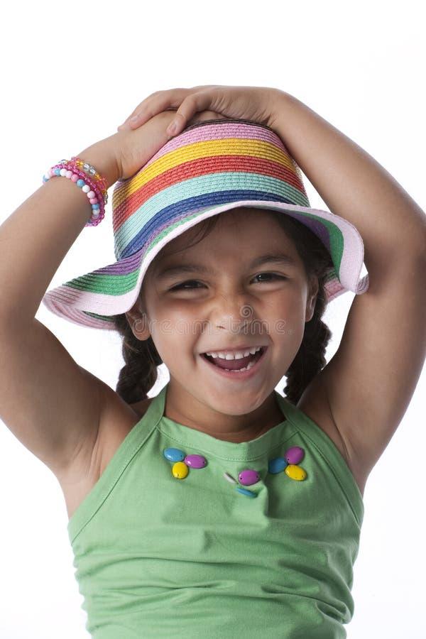 Kleines Mädchen, das Spaß mit einem Hut hat stockfoto