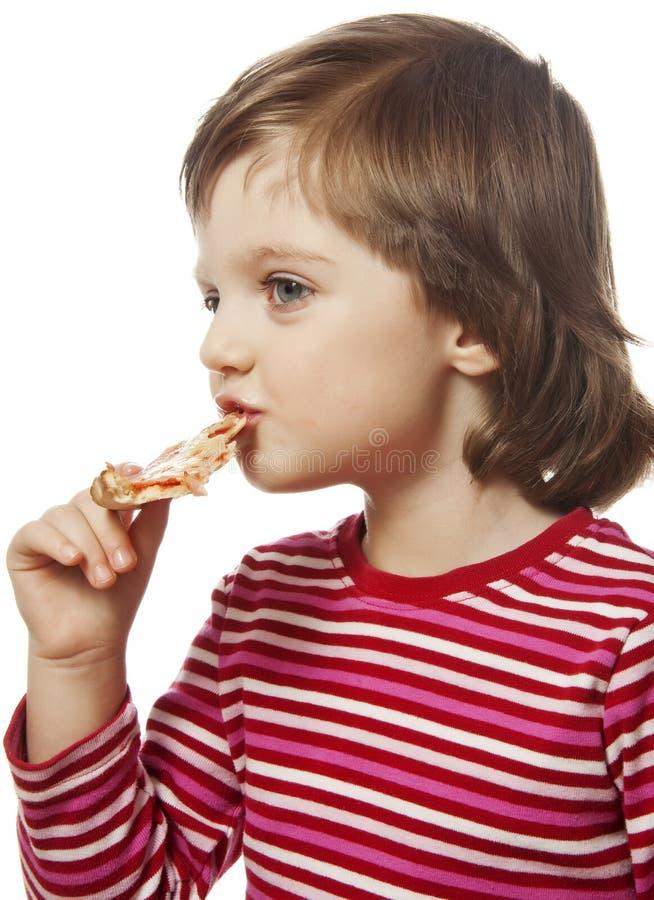 kleines Mädchen, das Stück Pizza isst lizenzfreies stockbild