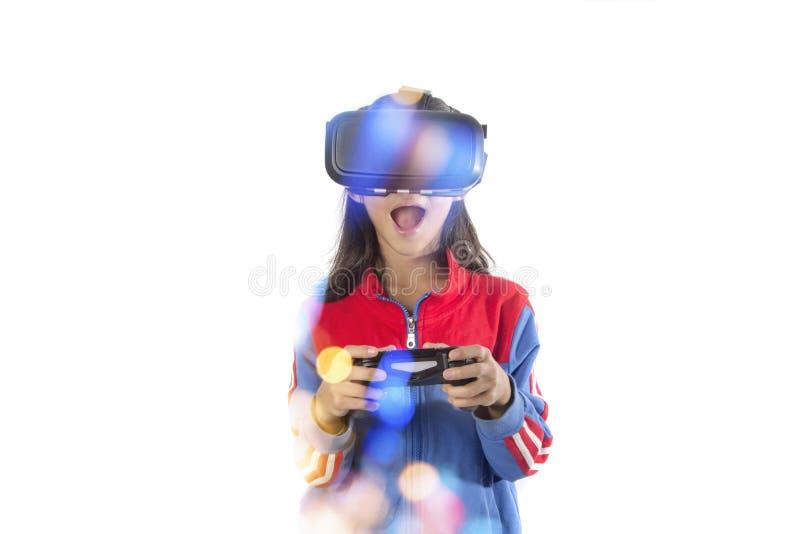 Kleines Mädchen, das Steuerknüppel mit Gläsern virtueller Realität hält lizenzfreies stockfoto