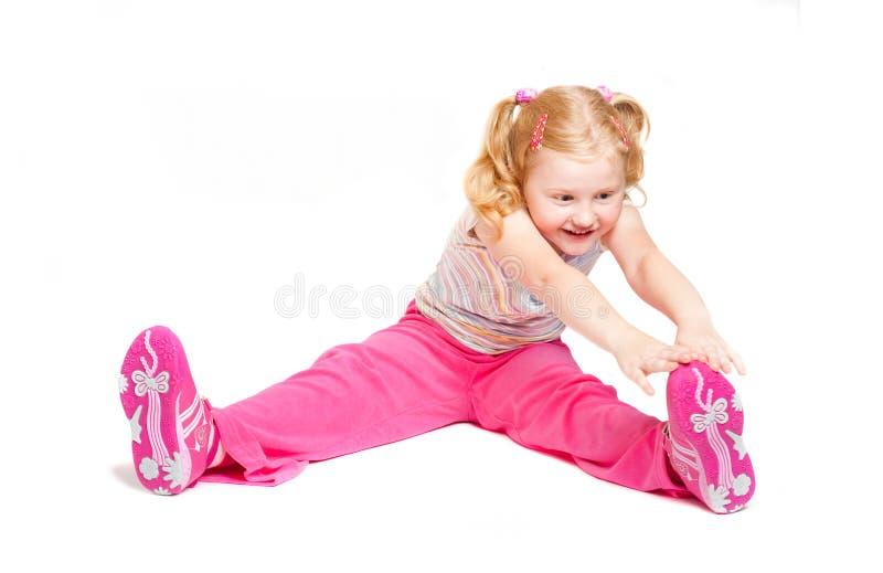 Kleines Mädchen, das Studio ausdehnt lizenzfreie stockfotografie