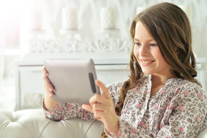 Kleines Mädchen, das Tablette verwendet lizenzfreies stockfoto