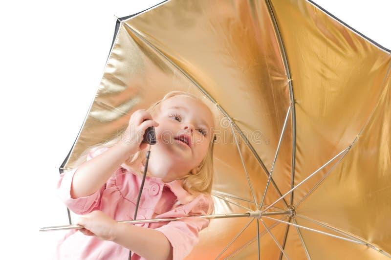 Kleines Mädchen, das am Telefon spricht stockfoto
