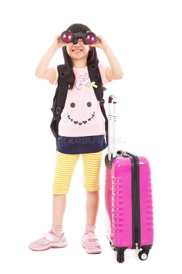 Kleines Mädchen, das Teleskop und Reisekoffer hält stockbild