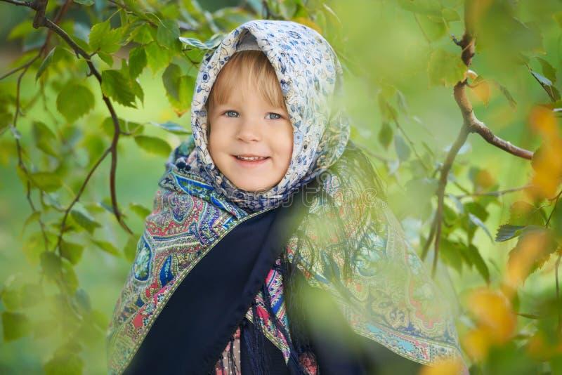 Kleines Mädchen, das traditionelles russisches pavloposadsky Kopftuch trägt stockbilder