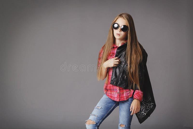 Kleines Mädchen, das wie ein Mode-Modell aufwirft stockfotografie