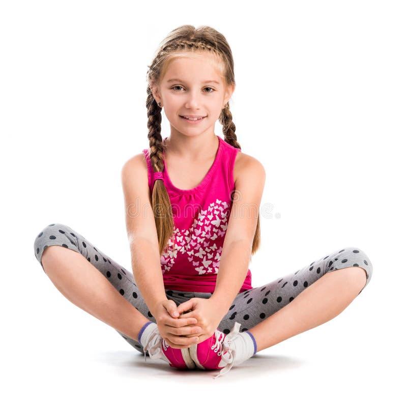 Kleines Mädchen, das Yoga tut lizenzfreie stockfotografie
