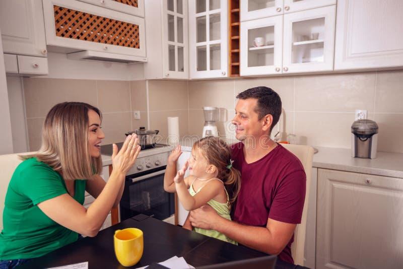 Kleines Mädchen, das Zeit mit ihren Eltern genießt lizenzfreies stockbild