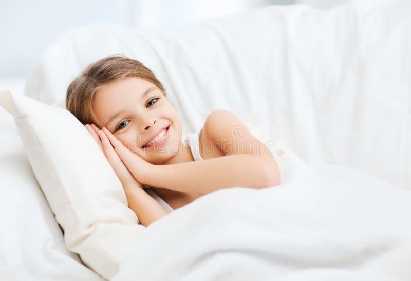Kleines Mädchen, das zu Hause schläft lizenzfreies stockfoto