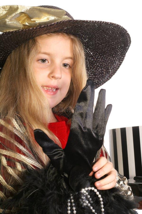 Kleines Mädchen, das zur Teeparty fertig wird lizenzfreie stockfotos