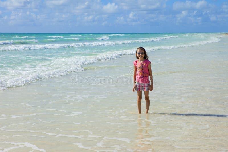 Kleines Mädchen in den Karibischen Meeren stockbilder