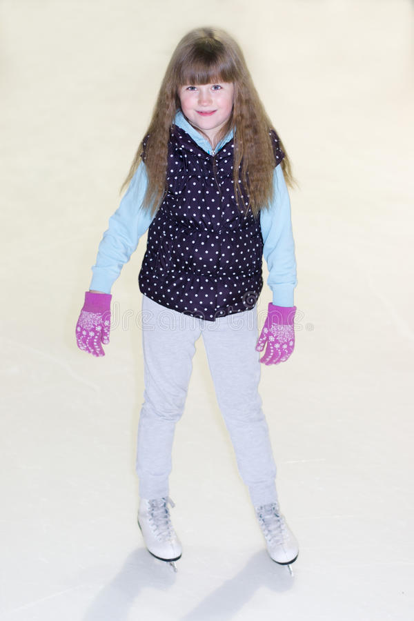 Kleines Mädchen in den Rochen auf Eis stockbilder