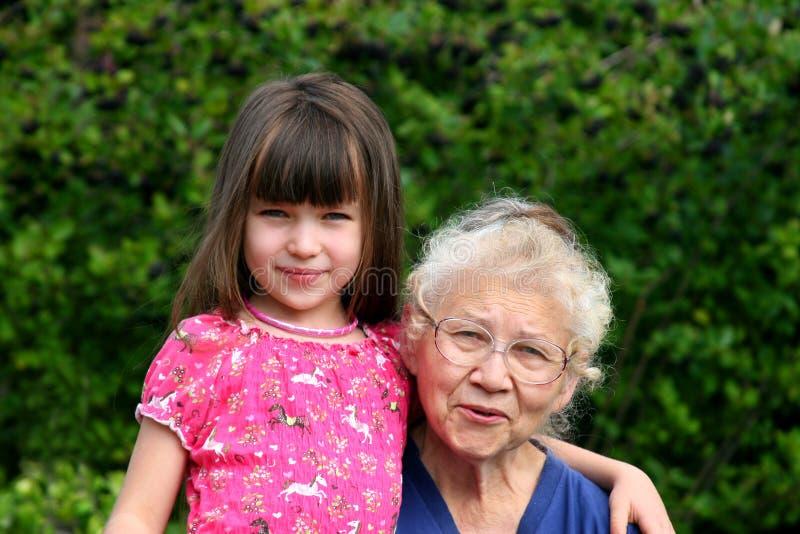 Kleines Mädchen der Großmutter stockfotos