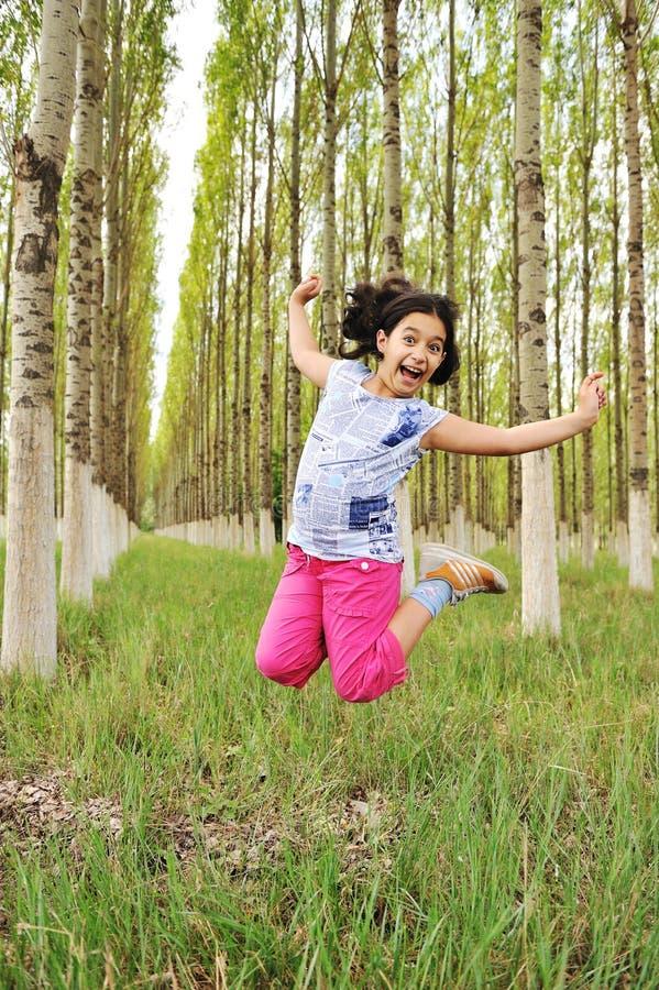 Kleines Mädchen in der Natur lizenzfreie stockfotos