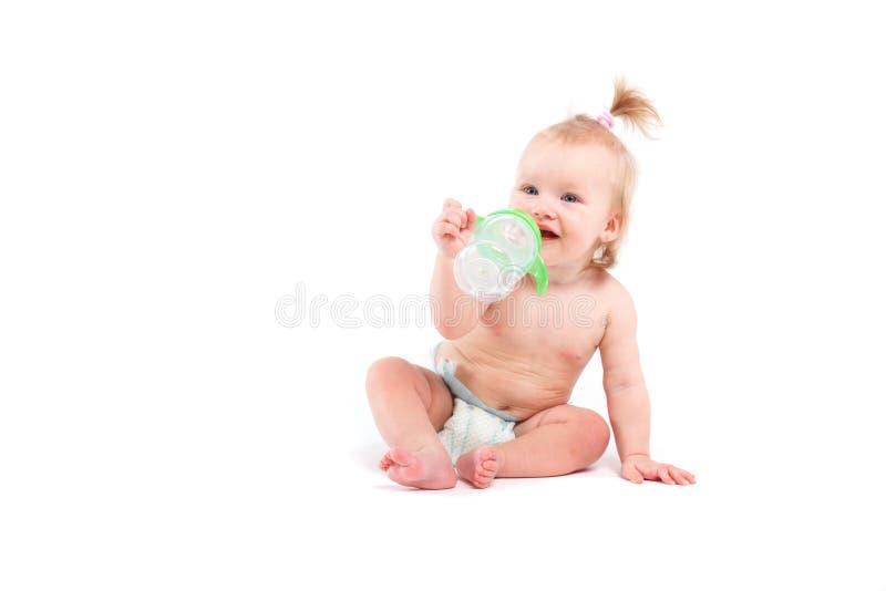 Kleines Mädchen der netten Schönheit mit Babyflasche lizenzfreie stockfotografie