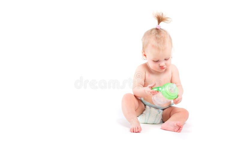 Kleines Mädchen der netten Schönheit mit Babyflasche lizenzfreie stockfotos