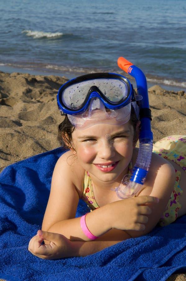 Kleines Mädchen in der Unterwasseratemgerätmaske auf dem Strand stockbilder