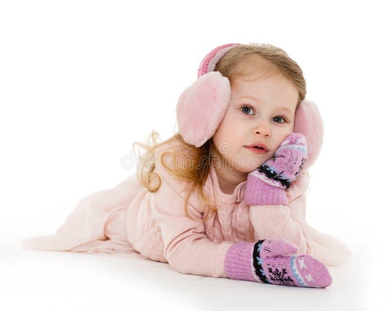 Kleines Mädchen in der Winterkleidung lizenzfreies stockbild