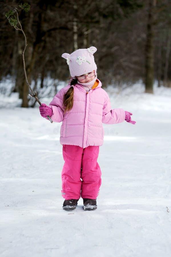Kleines Mädchen des entzückenden Winters in den Gläsern stockbild
