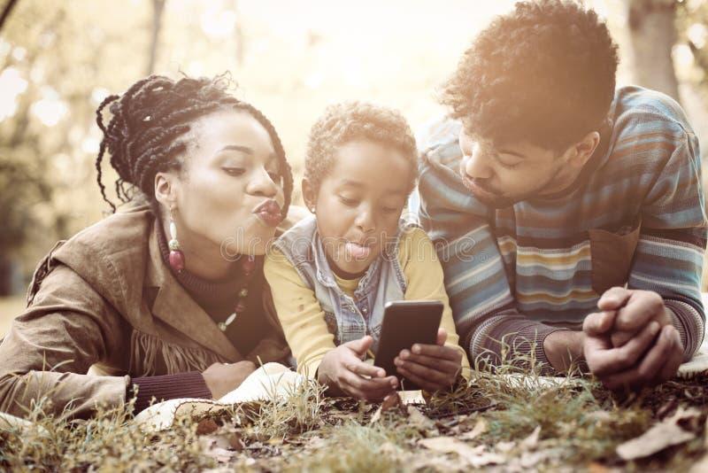 Kleines Mädchen des glücklichen Afroamerikaners, das Selbstphoto in Park O macht stockfotos